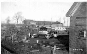 Auto met gasgeneratorKist op dak voor het hout en de smokkel.