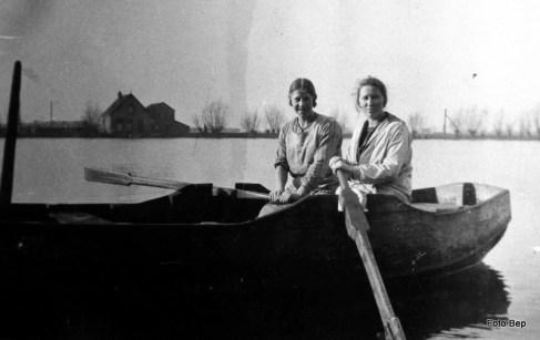 Twee zussen van der Lip in de veerboot.