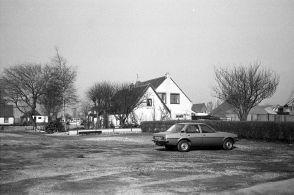 Waar had je zoveel parkeerruimte? Parkeerterrein bij de Scheepswerf op de achtergrond huis van Boogaard.