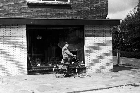 Hier staat .... met zijn fiets. Cor de Graaff bij Westmaas woninginrichting.