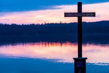Gedenkkreuz König Ludwig II unterhalb der Votivkapelle bei Berg am Starnberger See