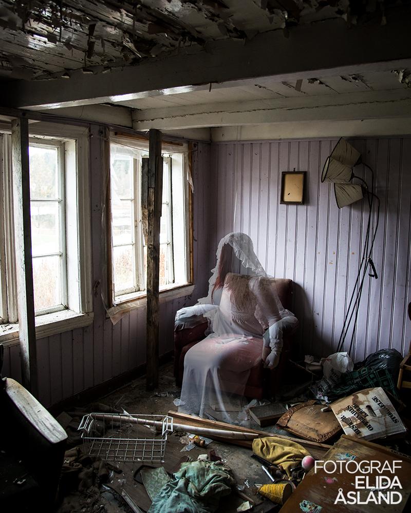 Spøkelset sittende i en stol.