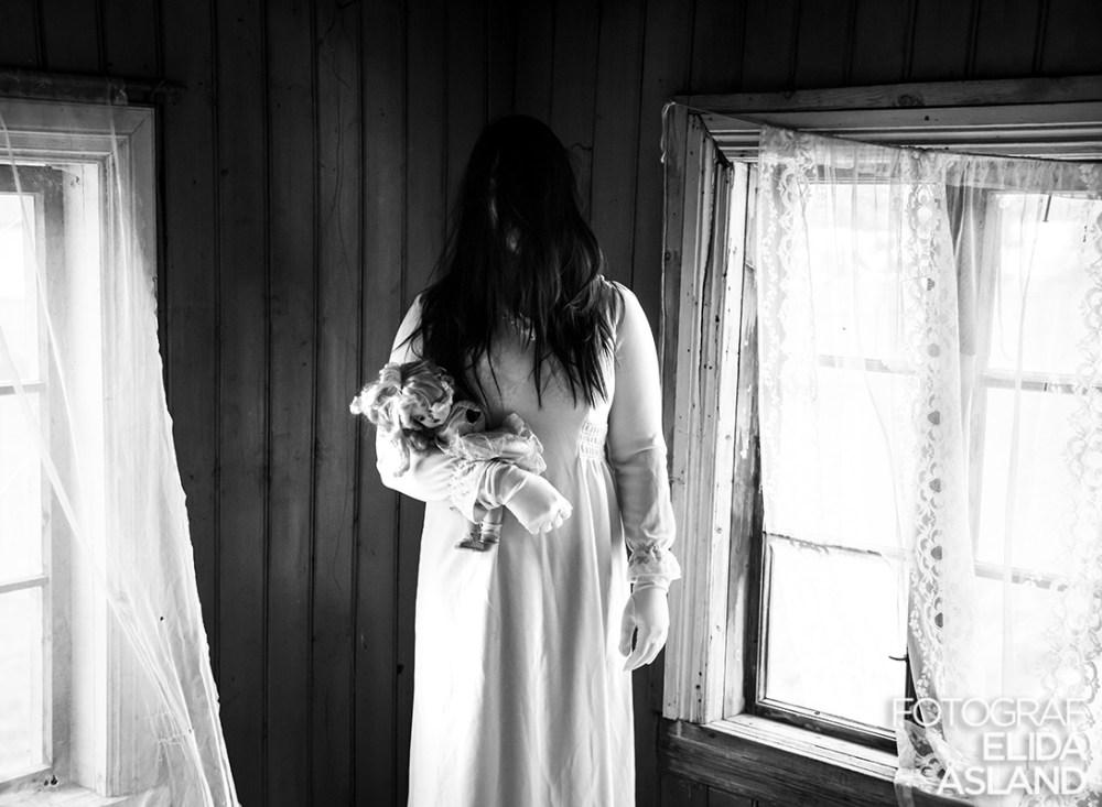 Spøkelset med en dukke i armen.