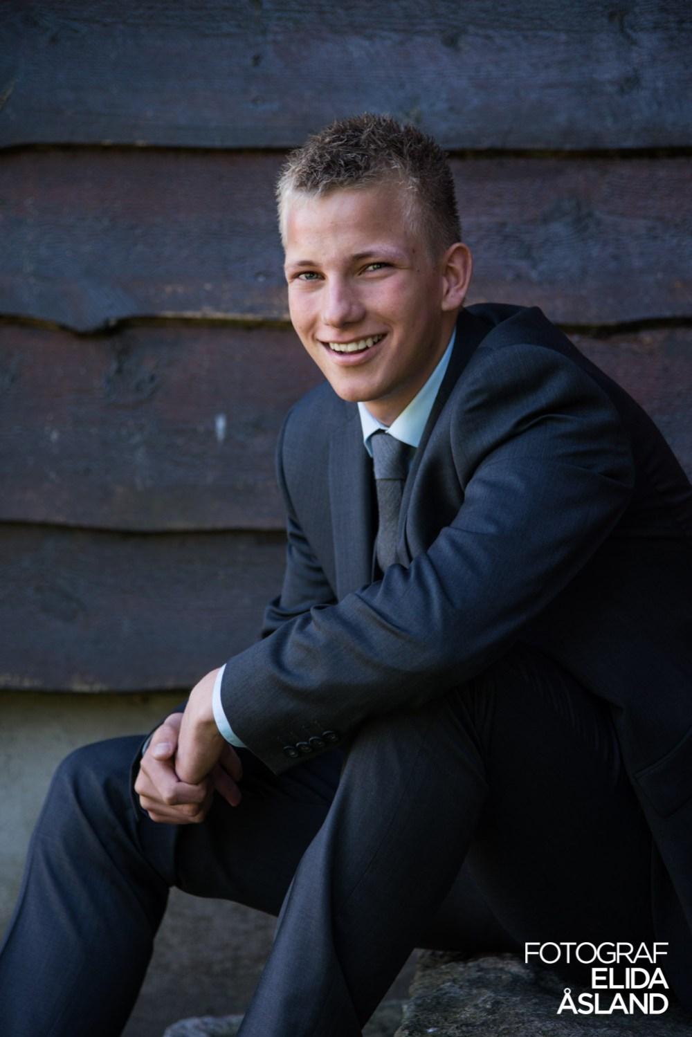 Konfirmanten Rune som smiler og sitter på en trapp med hendene foldet.