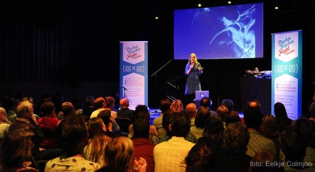 Toine Westen geeft een presentatie bij Pecha Kucha Night Leiden