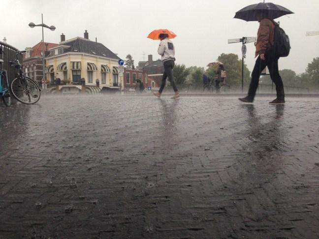 regen spat op van de straat