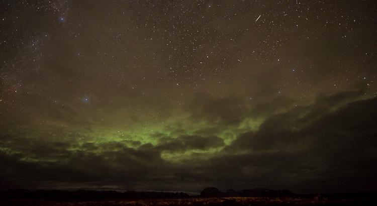 Een vallende ster (meteoorHet wordt nog echt donker in IJsland! Noorderlicht en een meteoor (vallende ster).