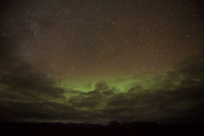 Groen en rood noorderlicht in IJsland