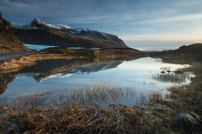 reflectie van een berg in een meertje in IJsland