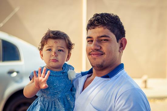 Emanuele nos braços de seu pai.