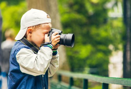 Garoto com câmera via Shutterstock