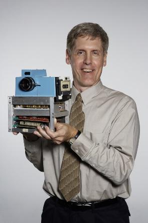 Steve Sasson inventor da primeira máquina                          fotográfica digital – Creditos: Kodak