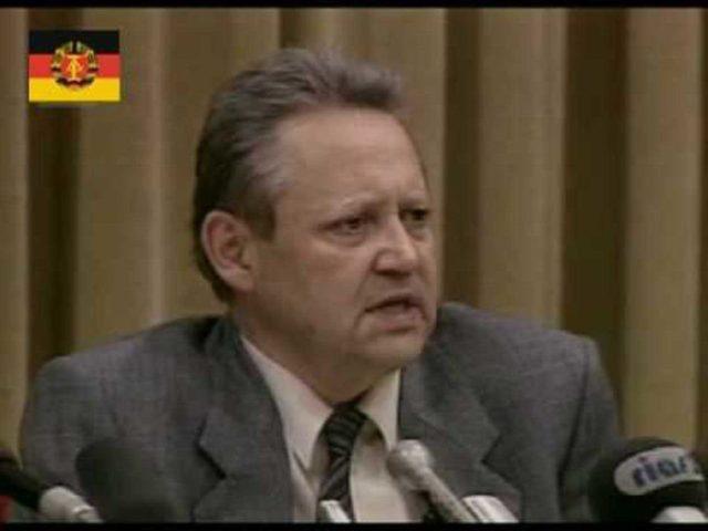 Günter Schabowski annuncia involontariamente la caduta del muro.