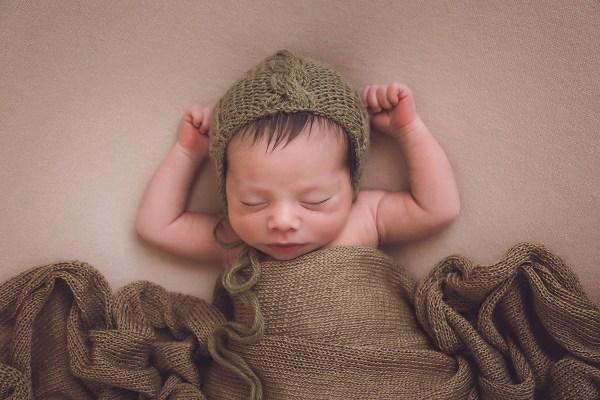 pose newborn relajada