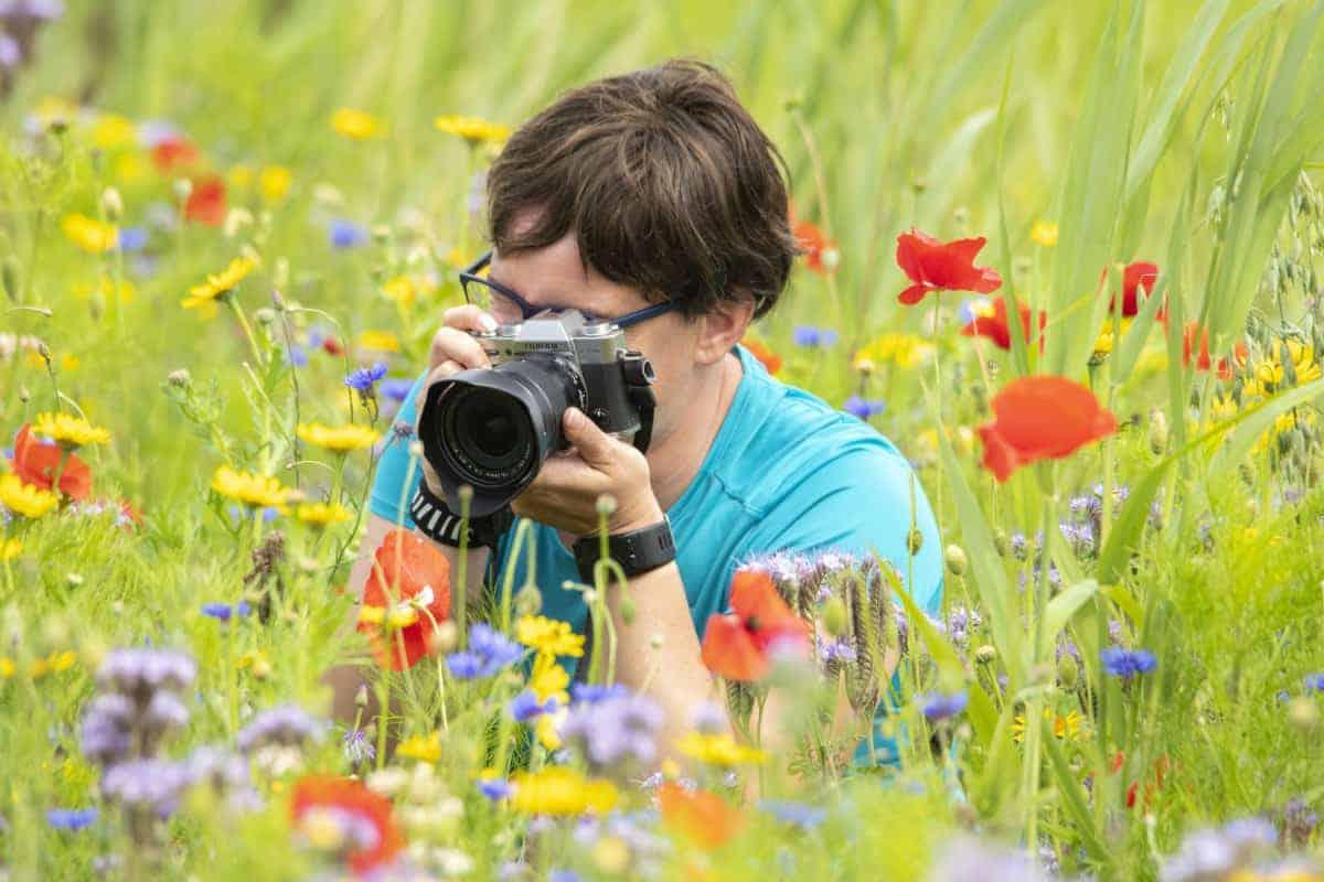 Fotoweekend Groninger Waddenkust - Bettie in het bloemenveld