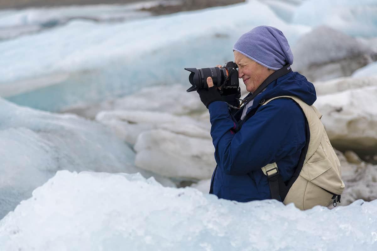 Fotografiereis IJsland Janny tussen ijsschotsen Fjallsarlon