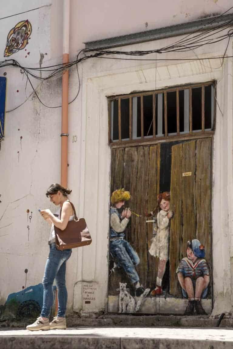 Fotoreis Albanië - Beschilderde deur met kinderen in Durrës