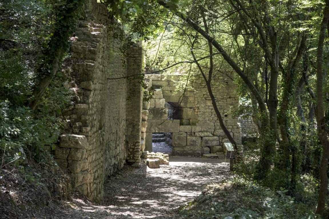 Fotoreis Albanië - Ruïne in de bossen in Butrint