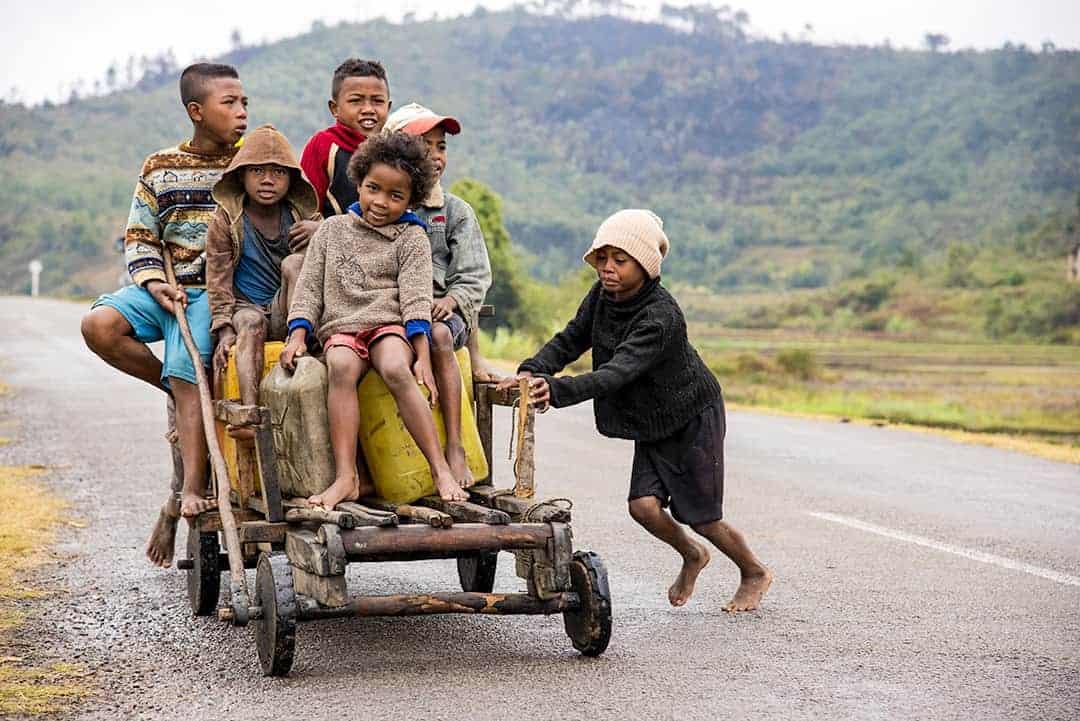 Fotoreis Madagaskar Ambolovaky Jeugd op een kar
