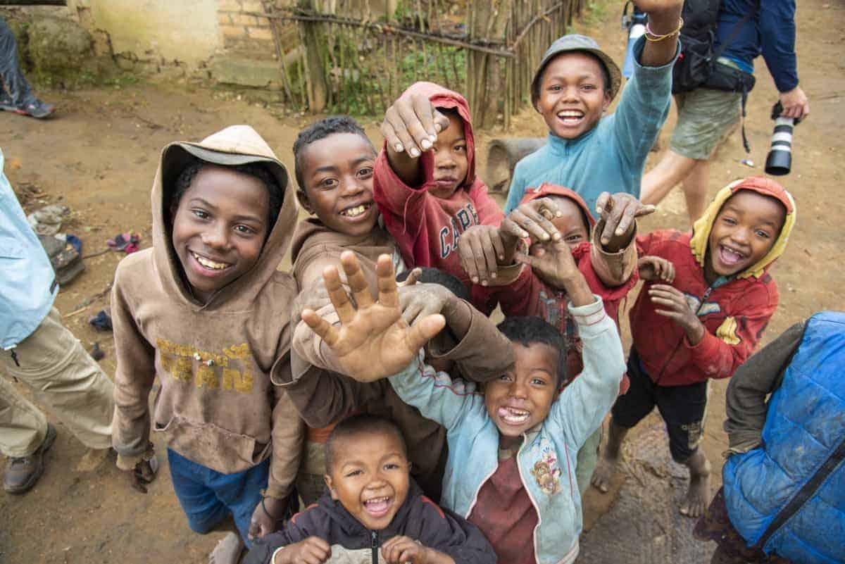 Fotoreis Madagaskar Ambolovaky zwaaiende jeugd