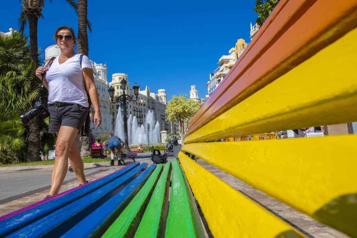 Fotoreizen Valencia Karin bij gekleurd bankje