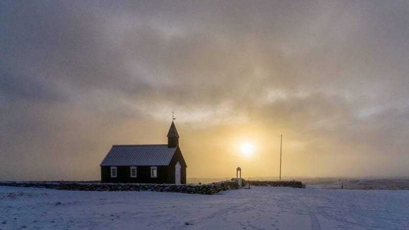 Kerkje van Budir in de ochtendzon.
