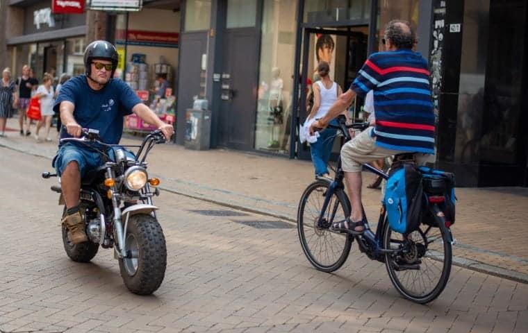 Cool brommer tijdens straatfotografie Groningen