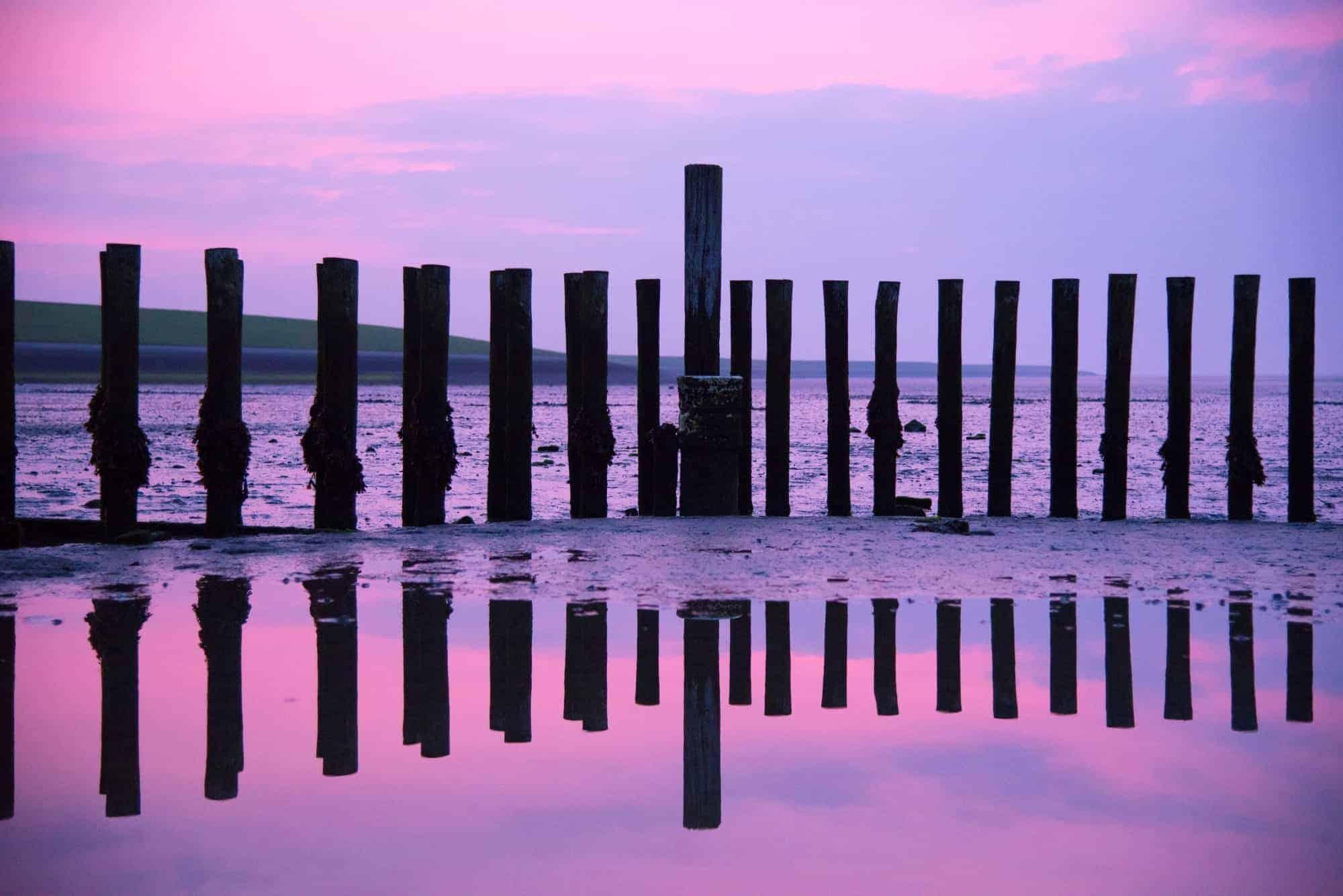 Paarse zonsopkomst met paaltjes - fotoweekend Ameland
