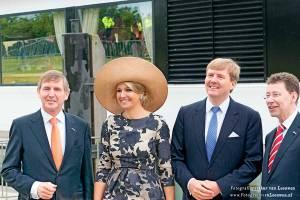 Alexander en Maxima in Wageningen met commissaris van de koning Roel Robbertsen en Clemens Corniele