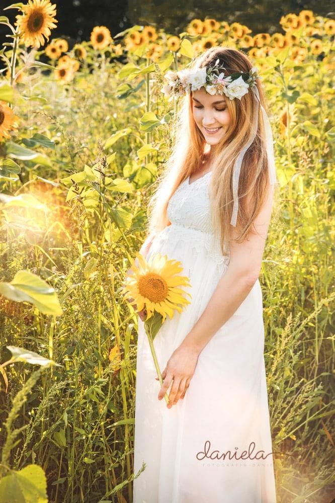 Babybauchfotos-im-Sonnenblumenfeld-bei-Bremen-Liebe-zum-Detail-Sonnenuntergang-Babybauchshooting-Fotograf-Verden-Weyhe-Syke-Achim