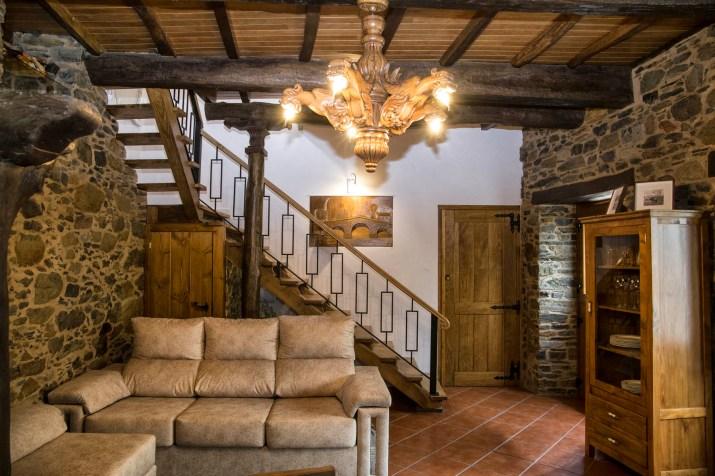 sofá y escaleras