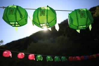 Tradiční lampióny v horské svatyni...