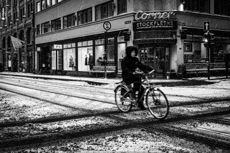 Kamikaze pilot på sykkel uten vinterdekk ute på tur i Oslo´s gater.