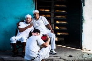 Bakerigutta tar seg en velfortjent pause fra brødbakingen. Fra Havana, Cuba.