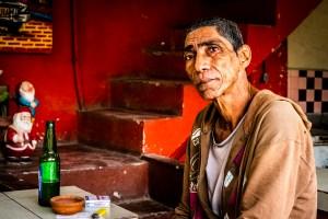 En hyggelig cubansk mann på bar med et interessant ansikt og et utrolig mildt blikk.