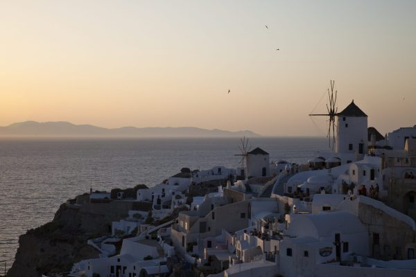 En av verdens fremste steder for å bevitne en magisk solnedgang, Óìa på Santorini i Hellas. Her samles hundrevis av mennesker hver eneste kveld og seansen avsluttes med unison applaus i det solen går ned i havet.