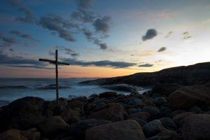 Et trekors i fjæra på Hvaler mot en nydelig solnedgang. Motivet er hentet fra en kveldstur på Herfør, en av de ytterste Hvalerøyene.