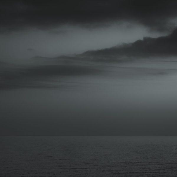 Abstrakt motiv av hav og skyer.