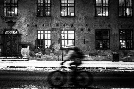 Syklist turer forbi en av gamle Christiania´s kuleste bygninger, Christiania Opfostringshus.