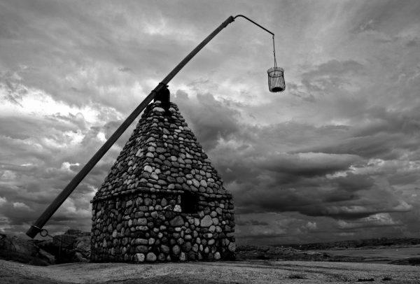 Det velkjente monumentet på Verdens Ende på Tjøme. Dette er et gammelt vippefyr som hvor de laget bål i bøtta og dette fungerte navigasjon for skipene på havet før i tiden.
