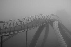Da Vinci broen i Follo kommune tatt en svært tåkefull dag. Broen ble realisert av kunstneren Vebjørn Sand, basert på gamle skisser fra den italienske multikunstneren, Leonardo da Vinci.