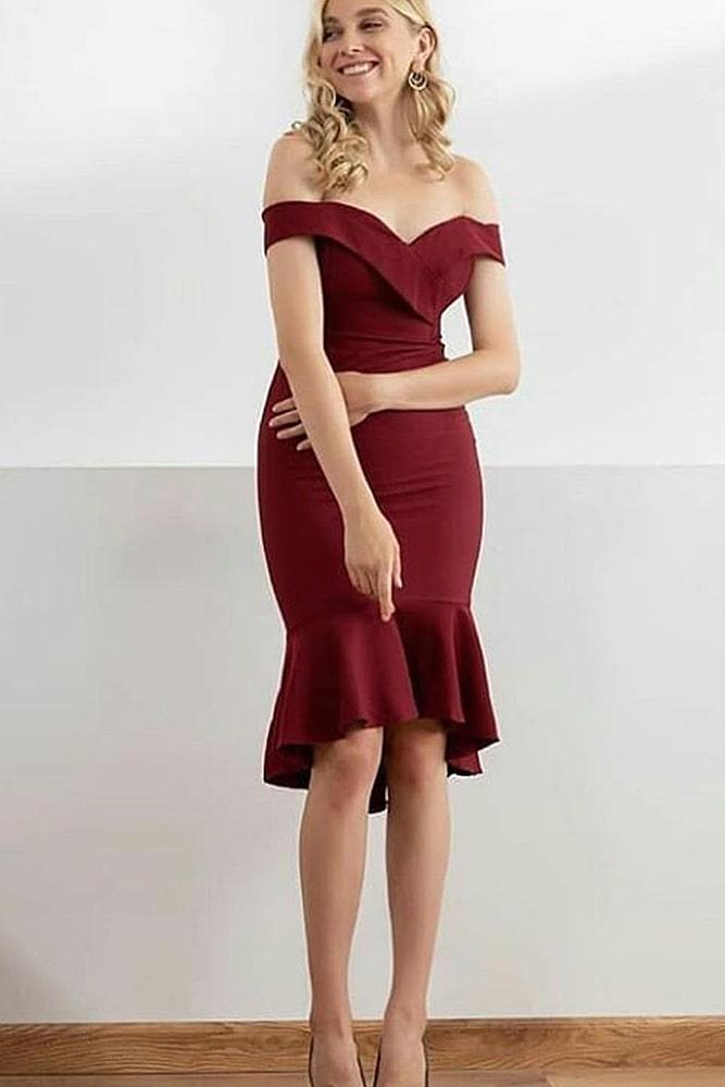 коктейльные платья бордо открытые плечи