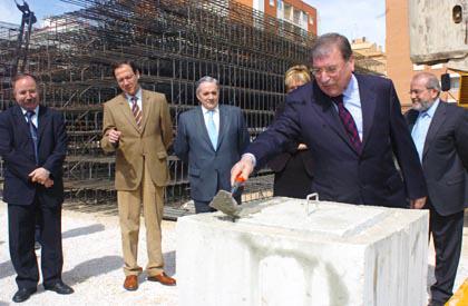 Joaquín Navarro Salinas cerrando la primera piedra