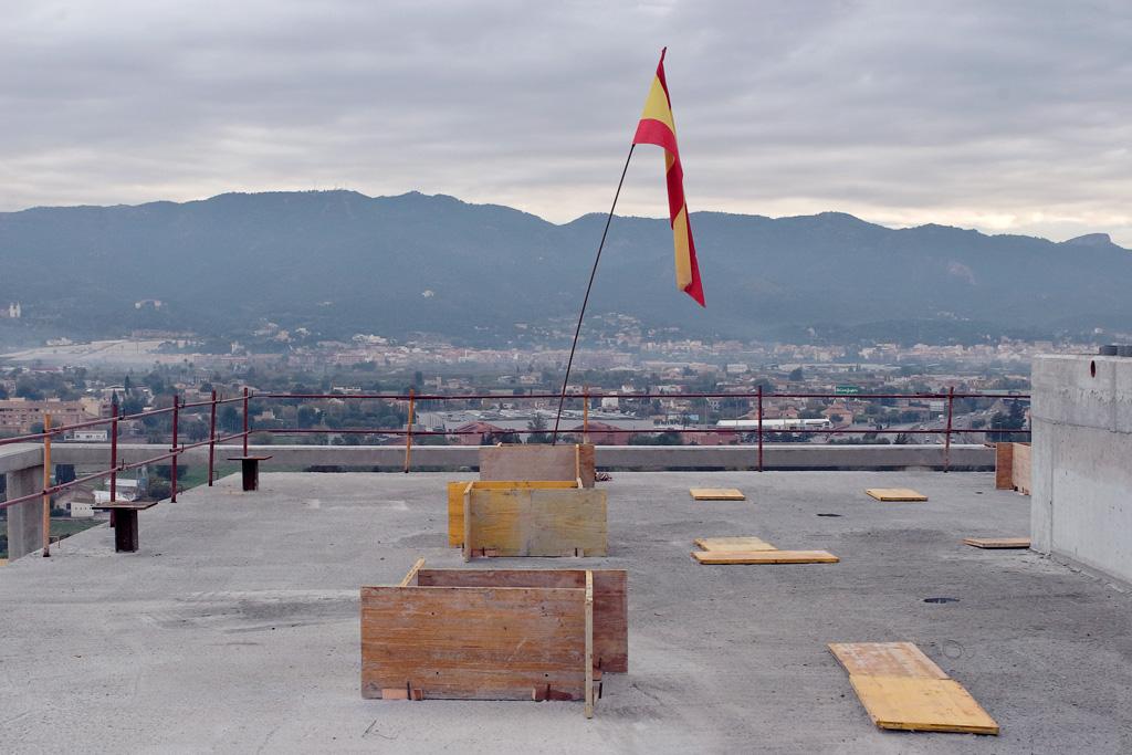 La bandera Española para marcar el final de la construcción de la estructura