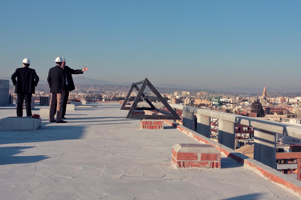 Inspección de la obra. Al fondo la torre de la catedral de Murcia