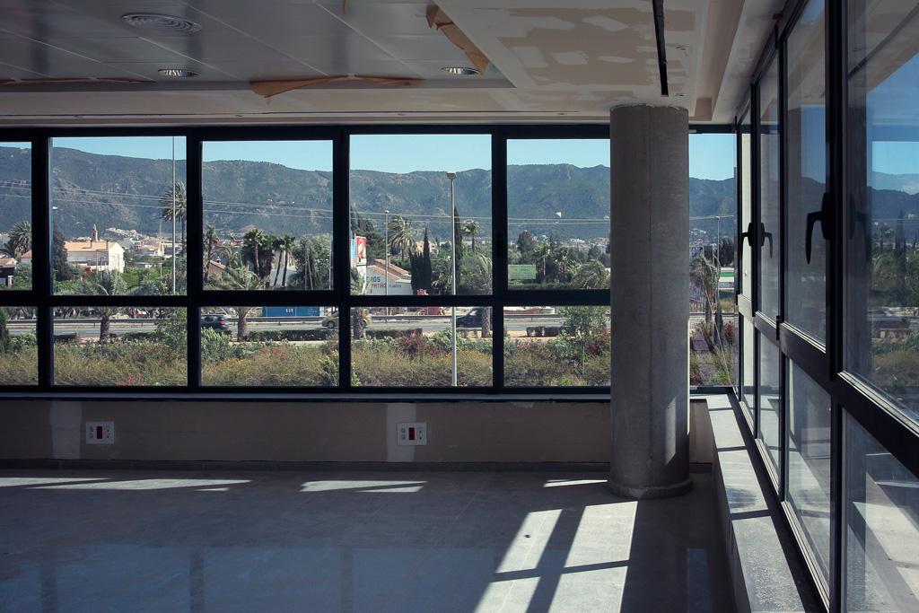 Oficina primera planta con falso techo, suelo, y ventanas