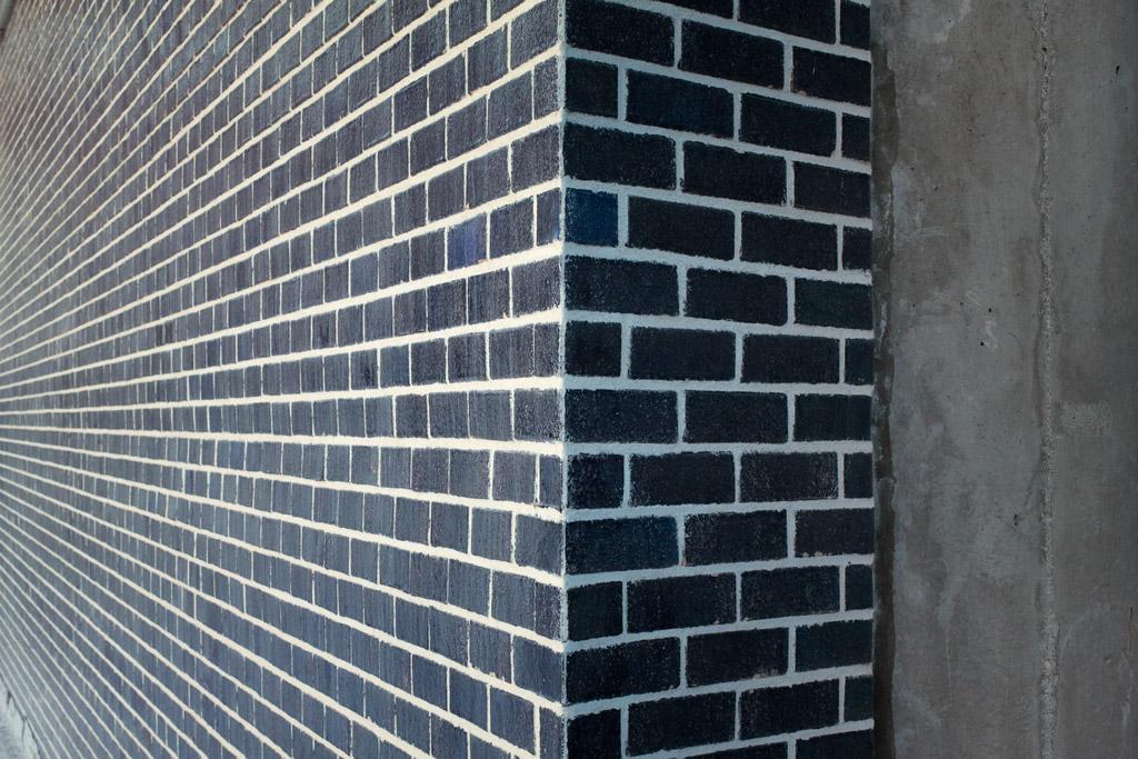 pared de ladrillos visto de tonalidad azul