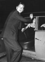 Serie: Tazio Secchiaroli, Anthony Steel si scaglia contro i fotografi. Roma, Agosto 1958. © Tazio Secchiaroli/David Secchiaroli