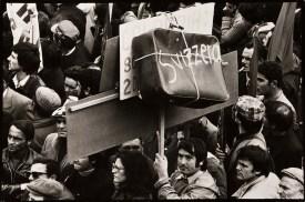 Mimmo Jodice Napoli, Manifestazione a Piazza Garibaldi / Naples, Demonstration in Piazza Garibaldi, 1967 Stampa ai sali d'argento / Gelatin silver print, 19,3 x 29 cm © Mimmo Jodice
