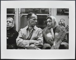 "Helen Levitt N.Y. (metropolitana), dalla serie ""Metropolitana"" / N.Y. (subway), from the series ""Subway"", 1975 Stampa ai sali d'argento / gelatin silver print, 19,4 x 29,4 cm © Film Documents LLC, courtesy Galerie Thomas Zander, Cologne"